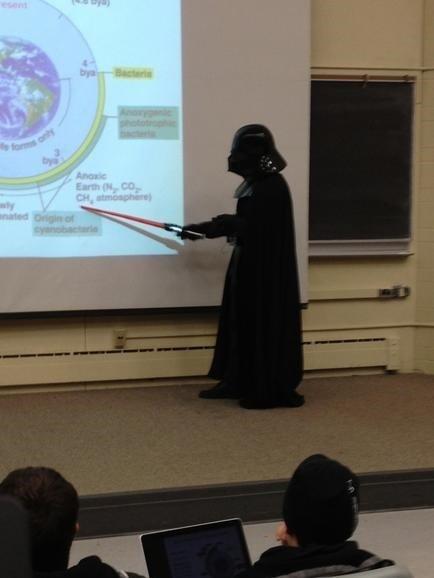 Skolotājs zin kā piesaistīt skolnieku uzmanību...