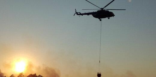 ВИДЕО: Как с вертолетов тушат лесной пожар в Валдгалской волости