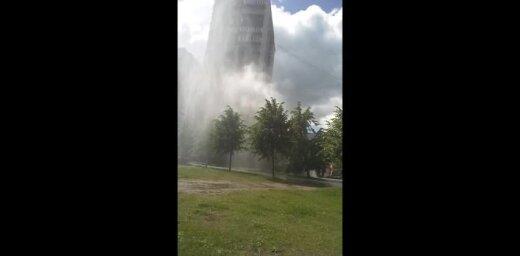 Video: Siltumtrases pārbaužu laikā Zolitūdē plīst caurule un izveidojas 'geizers'