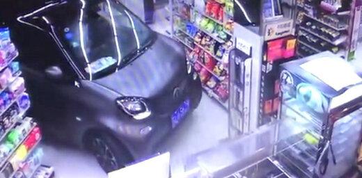 Video: Ķīnietis ar 'Smart' automobili akurāti iebrauc veikalā; pārdevējs viņu apkalpo
