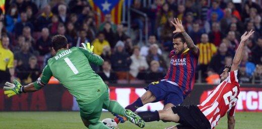 Bijušais 'Barcelona' spēlētājs Alvešs velta asus vārdus kluba vadībai