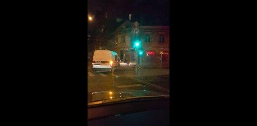 Video: Bez bākugunīm un ignorējot noteikumus – aculiecinieks iemūžina policijas operāciju
