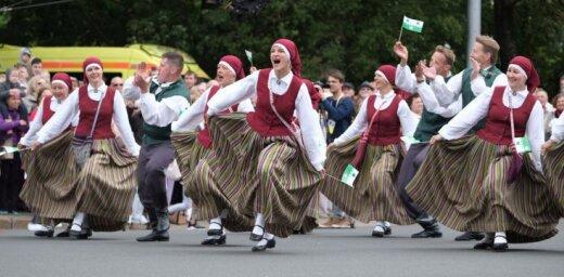 Foto: Tūkstošiem dalībnieku dodas krāšņā Dziesmusvētku gājienā