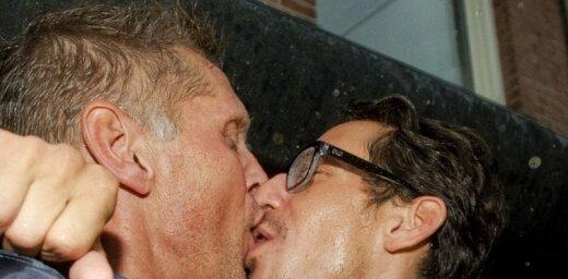 Латвийские геи потребовали бесплатный проезд за поцелуи в День святого Валентина