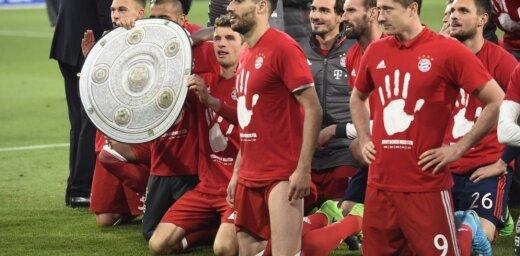 Minhenes 'Bayern' piekto gadu pēc kārtas triumfē Vācijas čempionātā