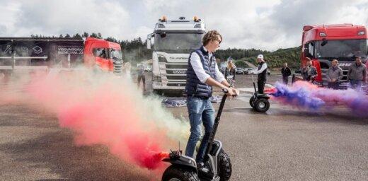 Foto: Latvijā prezentēts jaunās paaudzes 'Scania' kokvedējs