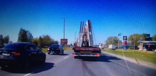 Video: Krasta ielā kravas auto taranē vieglo automašīnu