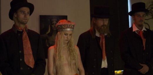 Mākslinieks Bērziņš ar kailu daiļavu vēsta par latviešu ciešanām