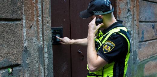 Полиция обнаружила ночью в подъезде в центре Риги подростка из другого города