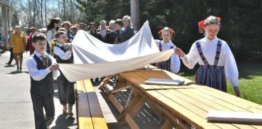 4. maijā aicina pacelt karogus un svinēt Baltā galdauta svētkus