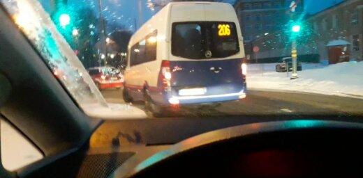ВИДЕО: Утро на Югле - водитель маршрутки грубо нарушает правила, подвергая опасности пешеходов