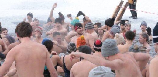 Foto: Bābelīša ezerā 100 aktīvisti peld par godu Latvijas simtgadei