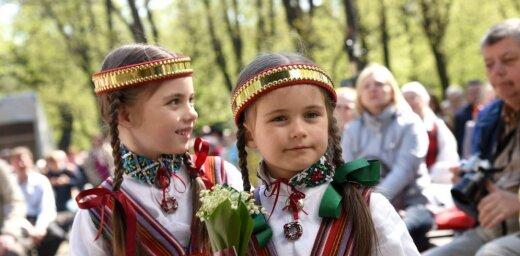 Foto: Tautasdziesmu koncertu Vērmanes dārzā klausīties sanācis prāvs pulks interesentu