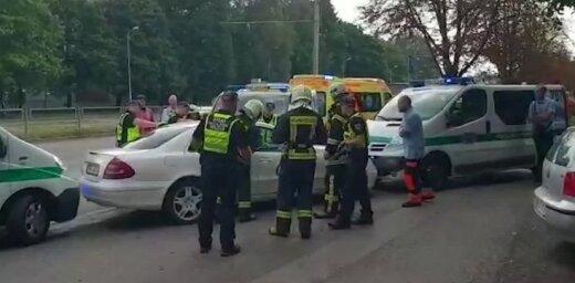 ВИДЕО: В Кенгарагсе пьяный водитель заперся в машине и отказался выходить (дополнено в 19.48)