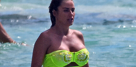 Paparaci foto: Lielbritānijas apspriestākās krūtis pludmalē