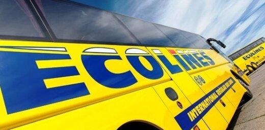 Video: Tualetes saturs no 'Ecolines' autobusa izlīst uz brauktuves