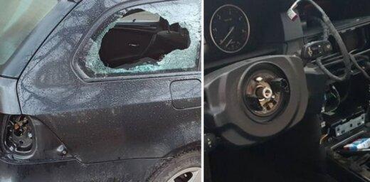 Foto: Bišumuižā no zagļiem pamatīgi cietis BMW