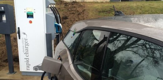 Elektromobiļu ātrās uzlādes maksa staciju tīklā būs 15 centi minūtē