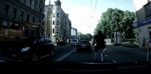 Riteņbraucējs–terminators Lāčplēša ielā (video)