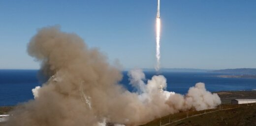 Video: 'SpaceX' veiksmīgi nosēdina nesējraķeti uz platformas okeānā