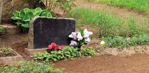 В Риге на кладбище женщина разделась догола, валялась по земле и драла ногтями лицо