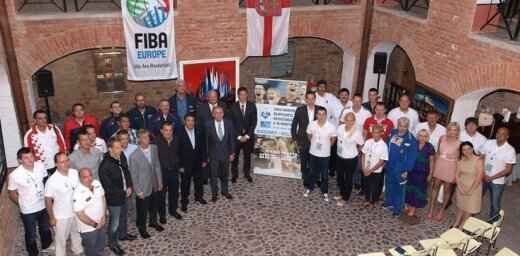 Eiropas U-16 basketbola čempionāta dalībnieki tikās ar Ventspils domes pārstāvjiem
