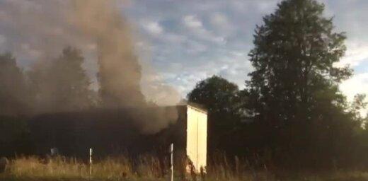 Video: Aiviekstes pagastā degusi kravas automašīnas piekabe