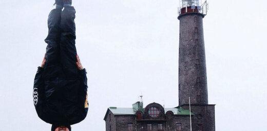 Elpu aizraujoši foto: krievu ceļotājs, kurš prot stāvēt uz galvas