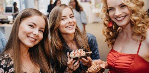 Foto: Sabiedrības dāmas smalkā burziņā mielojas ar saldējumu