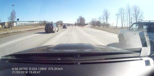 Video: Automašīna Krasta ielā pēkšņi taranē viadukta balstu