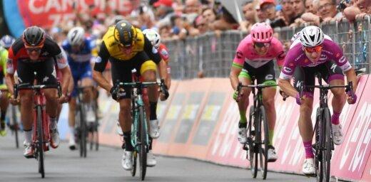 Viviāni izcīna trešo uzvaru 'Giro d'Italia' posmos; Neilands aktīvs un finišē lielajā grupā