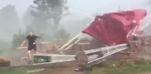 ВИДЕО: Внезапно налетевшая буря уничтожила летнюю террасу погребка в Кримулдской волости