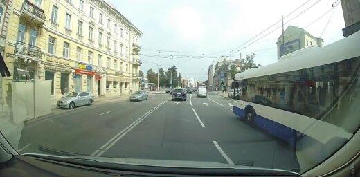 ВИДЕО: Водителя сильно разозлил Mercedes, нарушающий правила