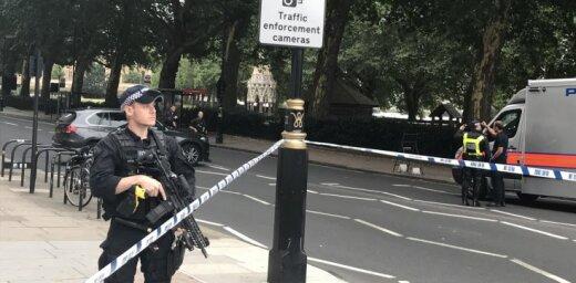 Pie britu parlamenta auto ietriecas gājējos