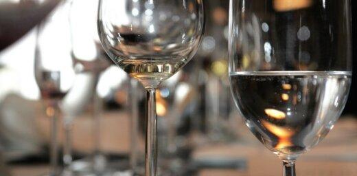 Lietuvā alkoholu atļaus lietot no 20 gadiem; varētu pilnībā aizliegt dzērienu reklāmu