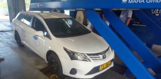 Video: Taksometra vadītājs iebrauc Rīgas tehniskās apskates stacijas pacēlāja bedrē