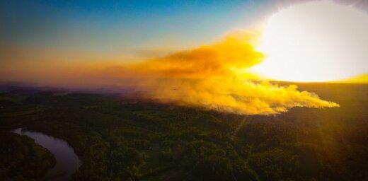 Drona foto: Ādažu poligona meža ugunsgrēks saulrietā