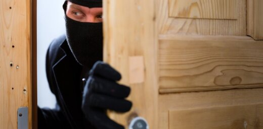 ФОТО: Вор застрял в окне и позвал на помощь полицию