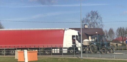 Aculiecinieka foto: Iecavā saskrējušies traktors un fūre