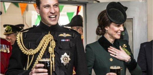 Foto: Kembridžas hercogu pāris saticīgi malko alutiņu