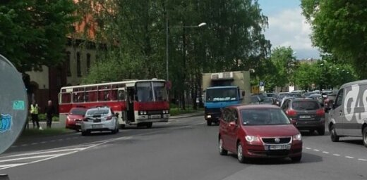 Foto: Autobusa un vieglā auto avārija pie Ugunsdzēsības muzeja
