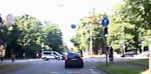Video: Kā Rīgā avarēja policijas auto un vēl divas automašīnas