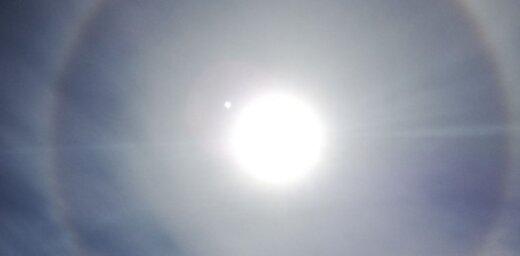 Foto: Lasītāji debesīs pamana spožu 'viltus' Sauli