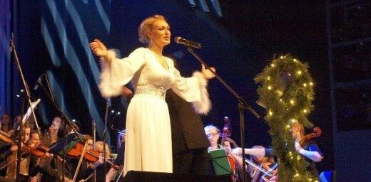 Dziedātāja Anmary ar populārām ziemas dziesmām pieskandina 'Jūras vārtus'