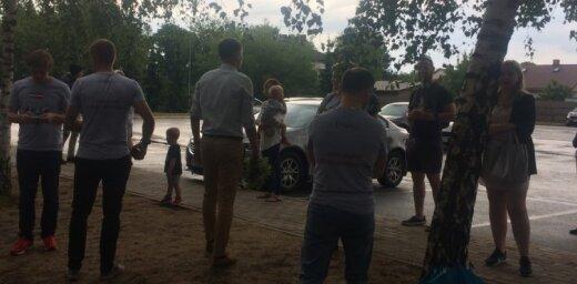 Video: Atbalstītāji gaida Kaimiņa izlaišanu no izolatora