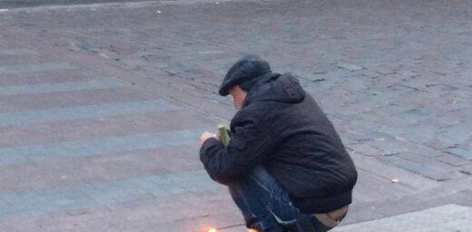 Video: Rīgas centrā vīrietis dedzina lupatas un gatavojas brokastot