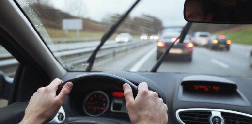 Gatavojot auto ziemai: vējstikla slotiņas un logu šķidrums