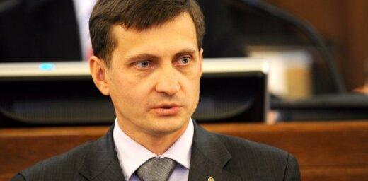 Noraida ierosinājumu lauksaimniecības zemi ļaut iegādāties tikai latviešu valodu zinošiem cilvēkiem