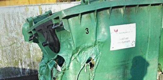 Jaunsaules ielā Rīgā ļaundari aizdedzina atkritumu konteineru