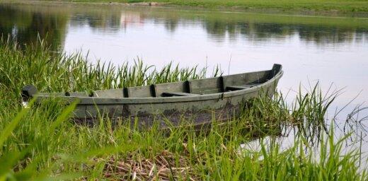 Oliņsalā VUGD palīdz cilvēkam, kuram apgāzusies laiva